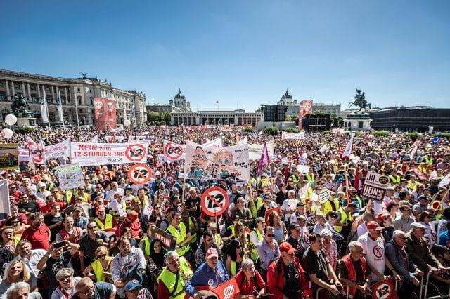 Panoramafoto der ÖGB Großdemonstration am 30. 6. 2018, aufgenommen von der Bühne