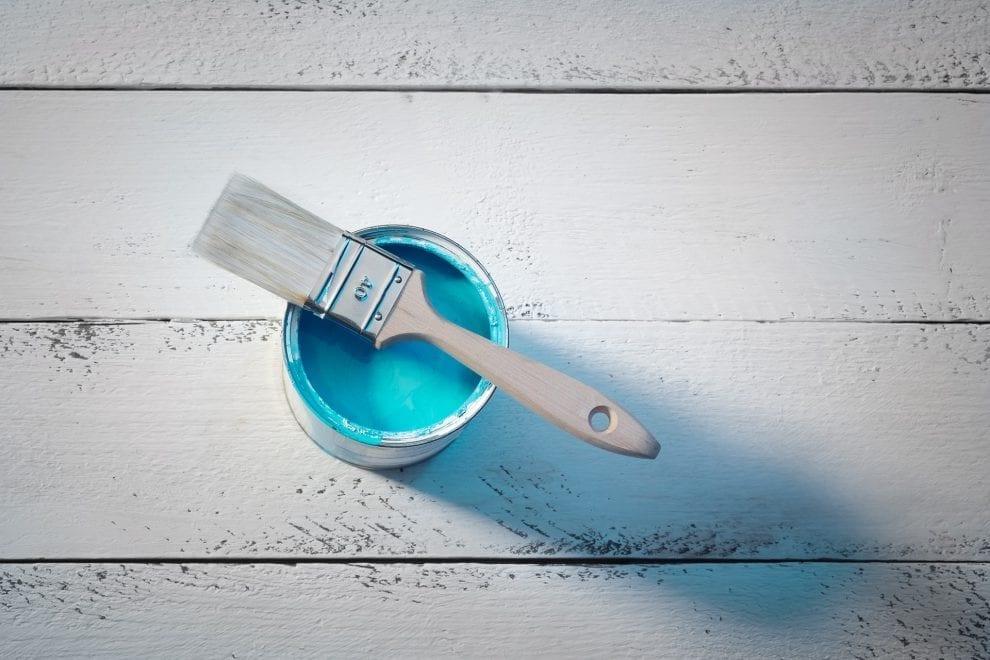 Foto eines Pinsels mit türkiser Farbe