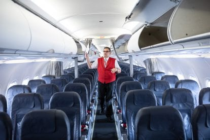 Foto von Johannes Schwarcz-Breuer bei der Arbeit im Gang eines Passagierflugzeugs