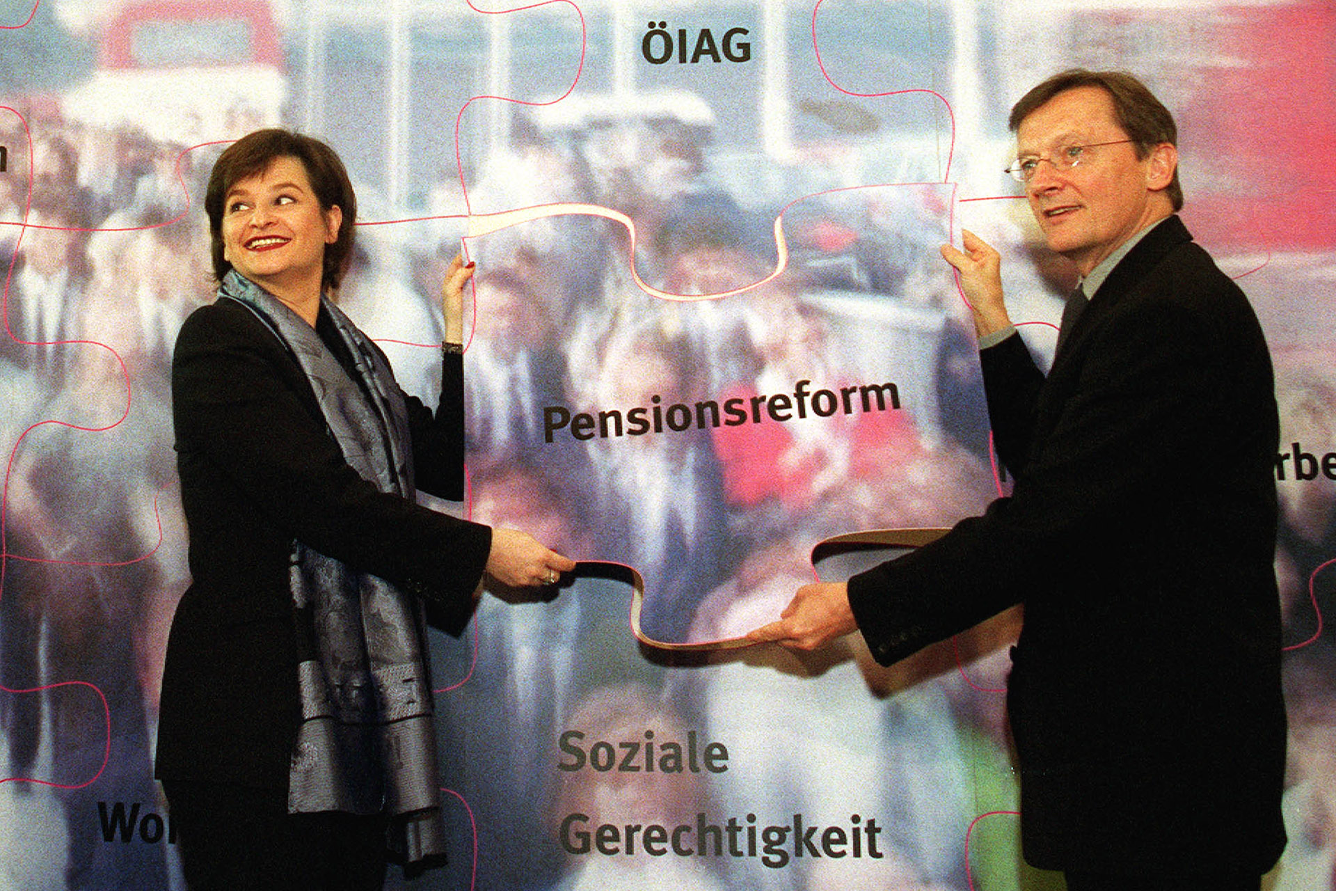 Message Control anno 2000: Vizekanzlerin Susanne Riess-Passer und Bundeskanzler Wolfgang Schuesselsetzen einen Puzzlestein für die Pensionsreform in ihr Puzzle mit Regierungsvorhaben ein.