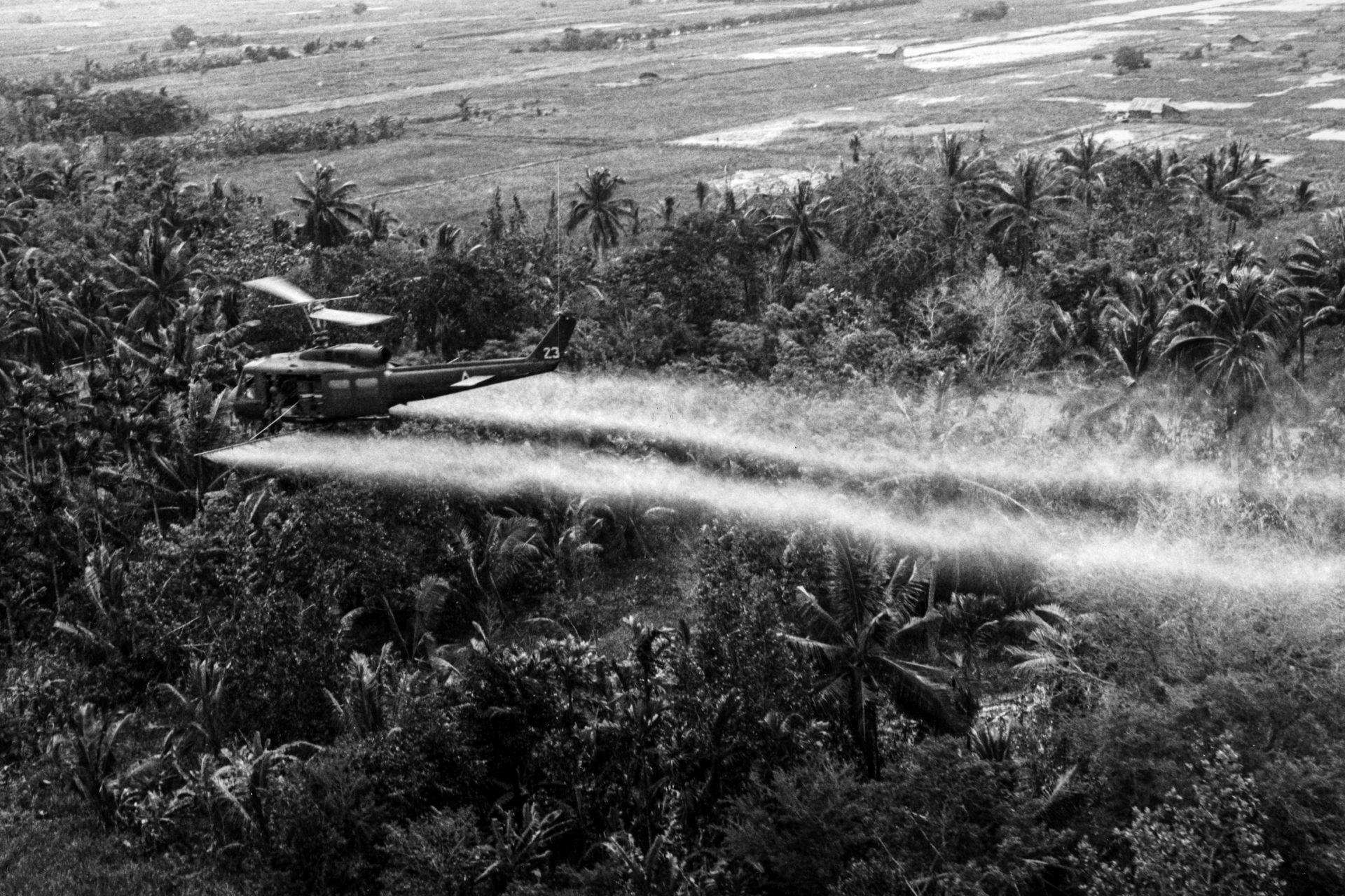 Ökozid anno Juli 1969: Ein Helikopter US-Army versprüht das Entlaubungsmittel Agent Orange über dem Mekong Delta.