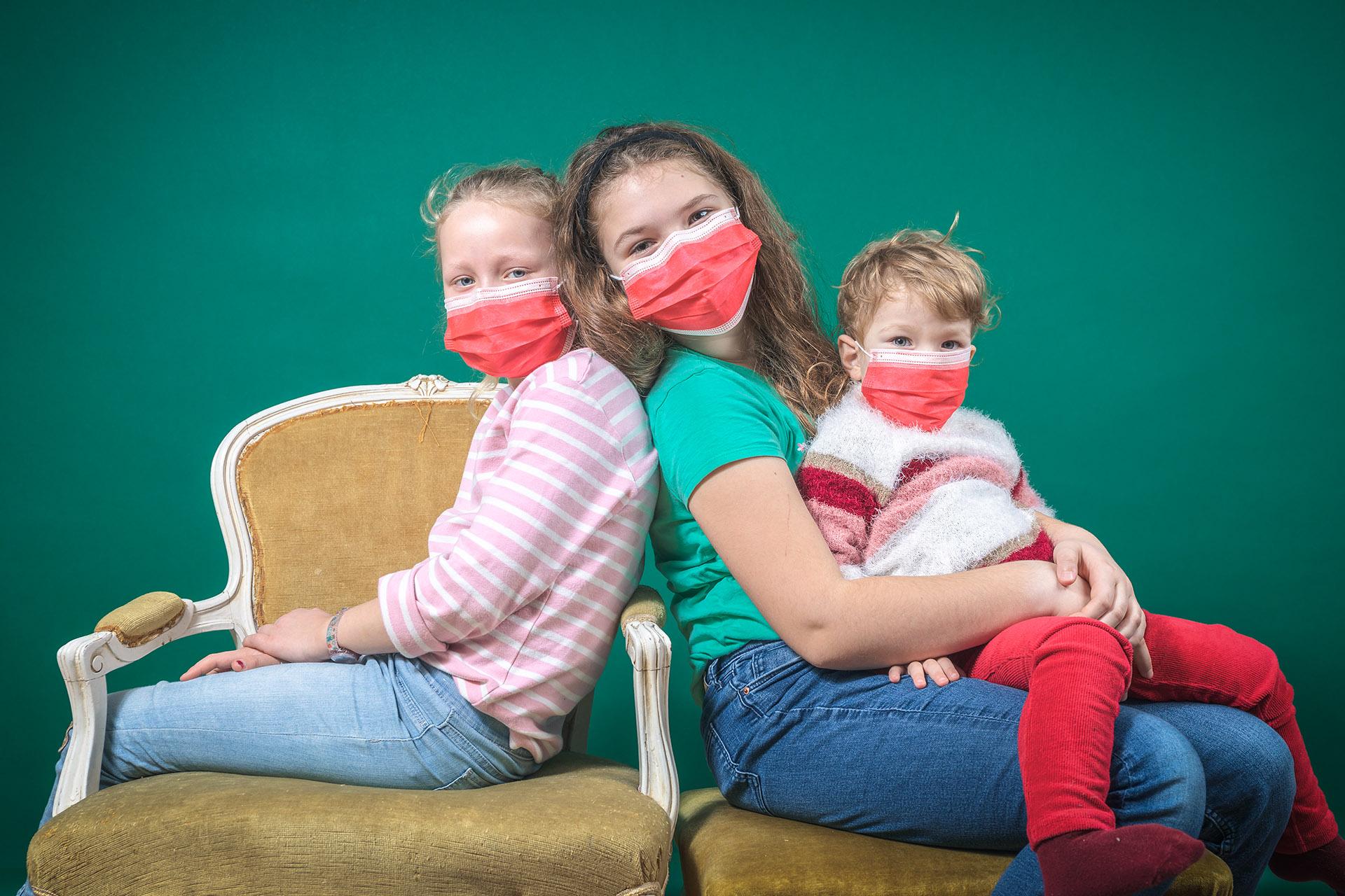 Emilia und Mascha im Home-Schooling: Emilia wird von den Großeltern unterrichtet, Mascha nebenbei von der Mama.
