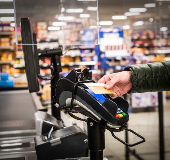 Bargeldloses Bezahlen mit Karte im Supermarkt
